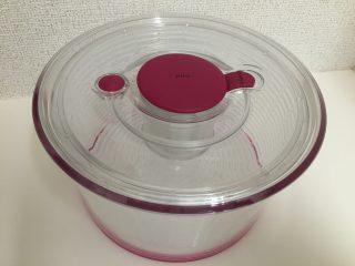 面倒な野菜の水切りも押すだけ簡単!OXO(オクソー)の野菜水切り器!